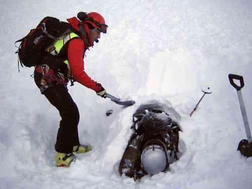 Спасатель откапывает 21-летнего мужчину на месте схода лавины