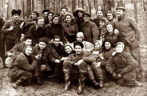 Среди группы  туристов 50-тых Зина Колмогорова, Юрий Дорошенко и другие