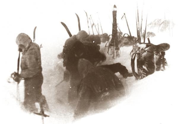 Группа Дятлова в процессе установки палатки на северном отроге горы Холатчахль, снимок 1