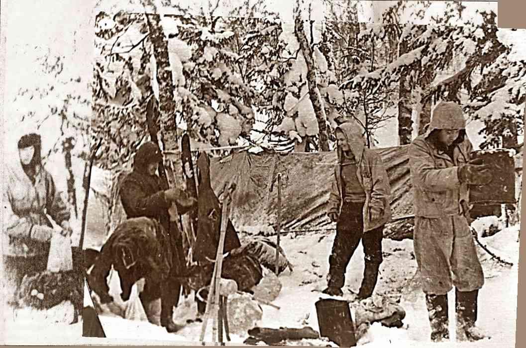 Группа Дятлова на привале, ребята приводят в порядок снаряжение