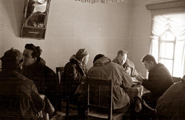 Ребята из группы Дятлова в столовой для рабочих в Вижае