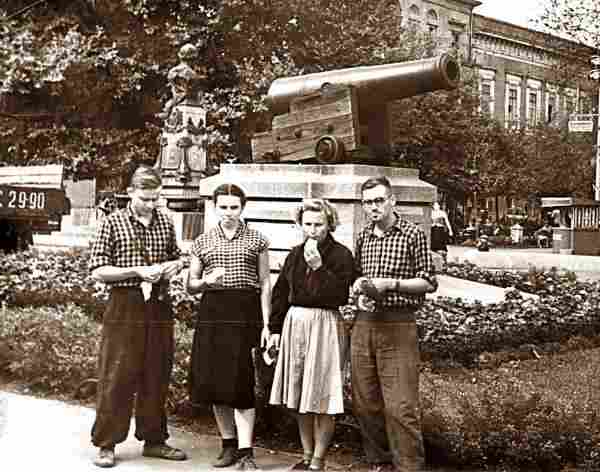 Зина Колмогорова с друзьями на фоне пушки - культпоход!