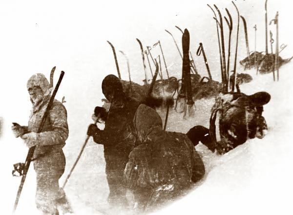 Группа Дятлова в процессе установки палатки на северном отроге горы Холатчахль, снимок 2