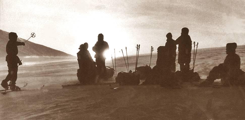 Группа туристов стоит на северном отроге горы Холатчахль