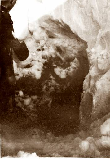Очень плотный снег в месте раскопок