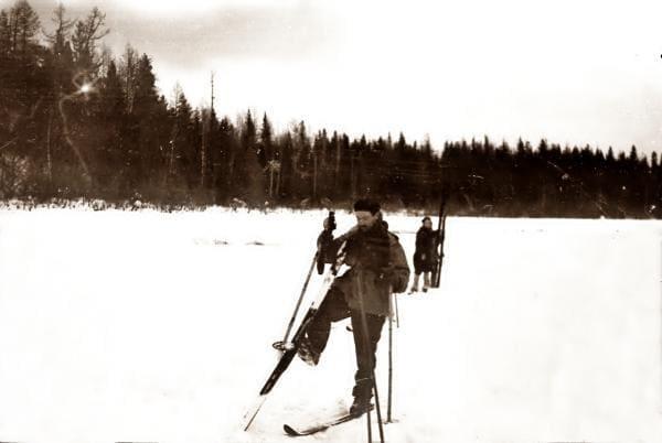 Золотарев Семен чистит лыжи от снега - поход.