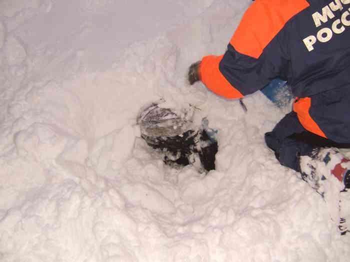 Начало раскапывания, виден рюкзак лыжника
