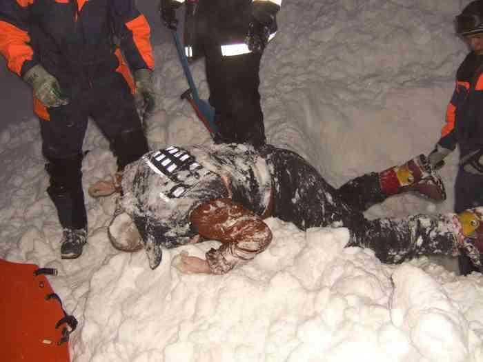 """Поза """"ползущего человека"""" - погибший турист из Северодвинска под толщиной снега около 30 см."""