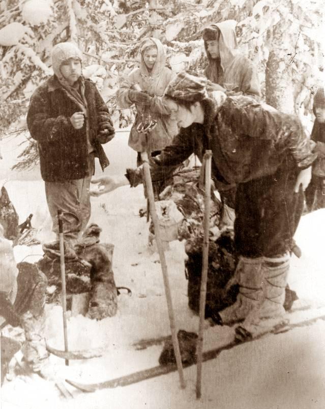Группа Дятлова на привале, Зина Колмогорова угощает кого-то кусочком сахара
