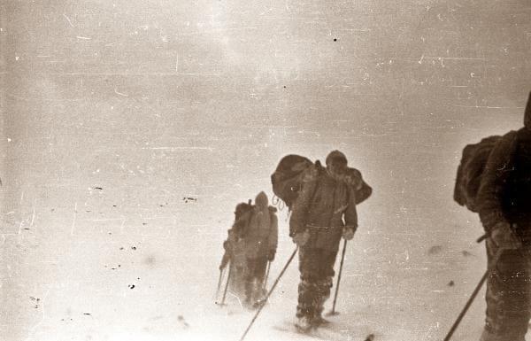 За спиной у кого-то из ребят смерзшаяся палатка, которая собрана наспех после снежной ночевки без печки - поход