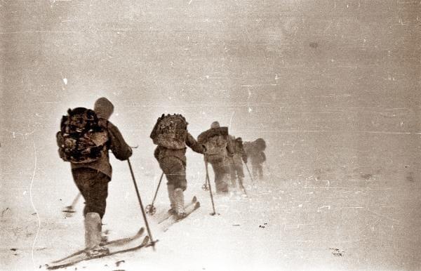 """Группа """"Хибина"""" идет через перевал  из долины Ауспии в долину р. Лозьва"""