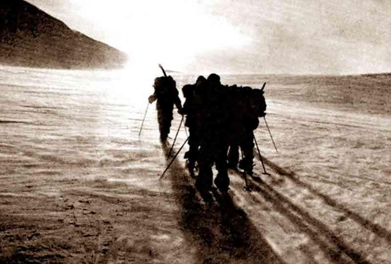 Ггруппа туристов движется по северному отрогу горы Холатчахль