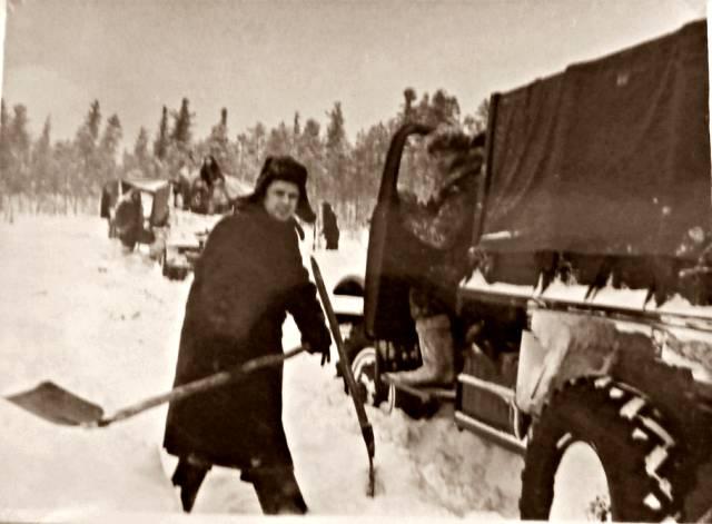 Застрявшие в снегу машина, Урал.