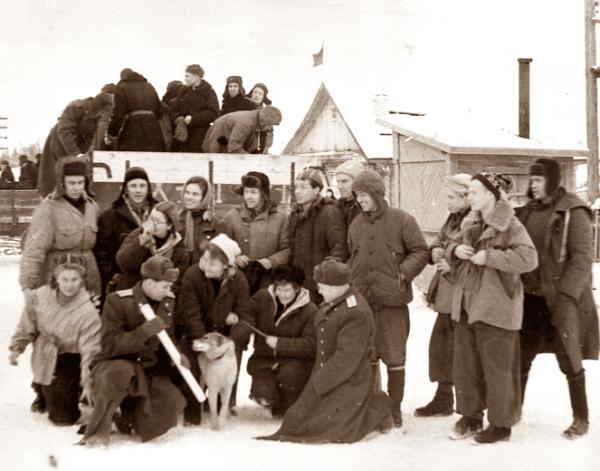 Ребята с военными, собакой на фоне грузовика - перед поездкой на Второй Северный