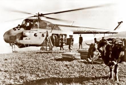 Основное транспортное средство для перемещения оборудования, грузов и специалистов - вертолет Ми-4