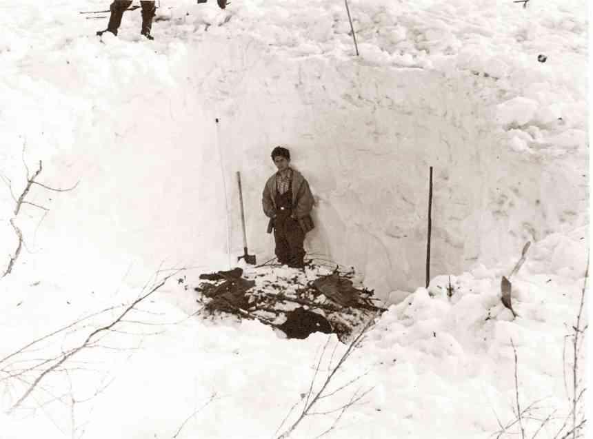"""Под 3 метровым снегом был обнаружен """"настил"""" из веток."""