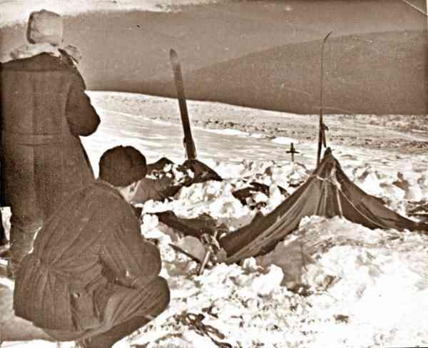 Поисковики у палатки группы Дятлова.