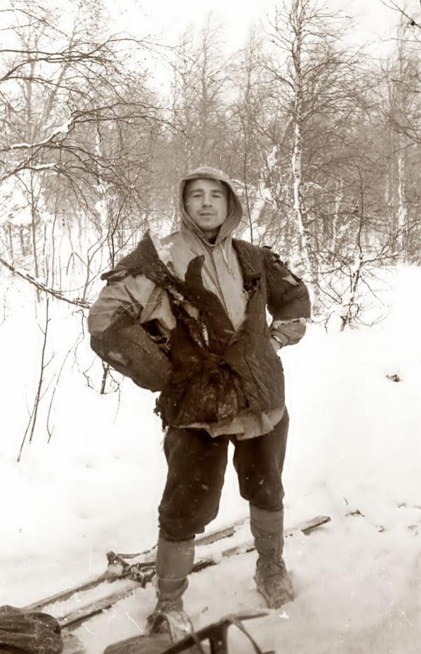 Рустем Слободин шутливо позирует в сожженной 31 января фуфайке Юры Дорошенко