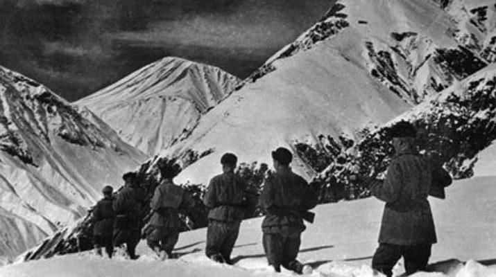 Группа солдат на восхождении у подножии Эдельвейса