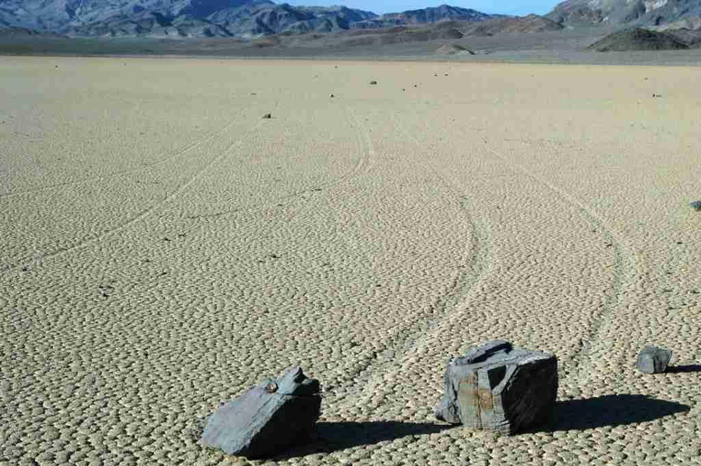 Камни, движущиеся по параллельным траекториям - озеро Рейстрэк-Плайа