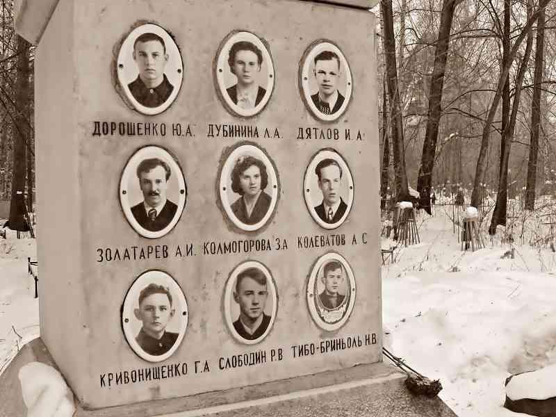 Памятная плита с фотографиями погибших участников группы Дятлова